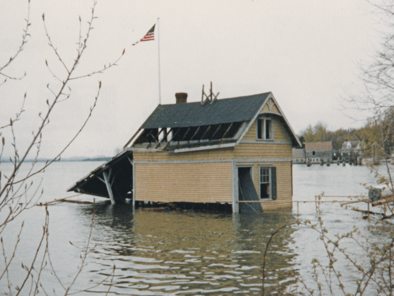 Rosslyn boathouse underwater in 1983. (Source: Dianne Lansing via Rosslyn Redux)